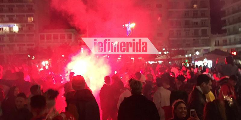 Καπνογόνα στο κέντρο της Πάτρας άναψαν οι καρναβαλιστές που αψήφησαν τον κορωνοϊό