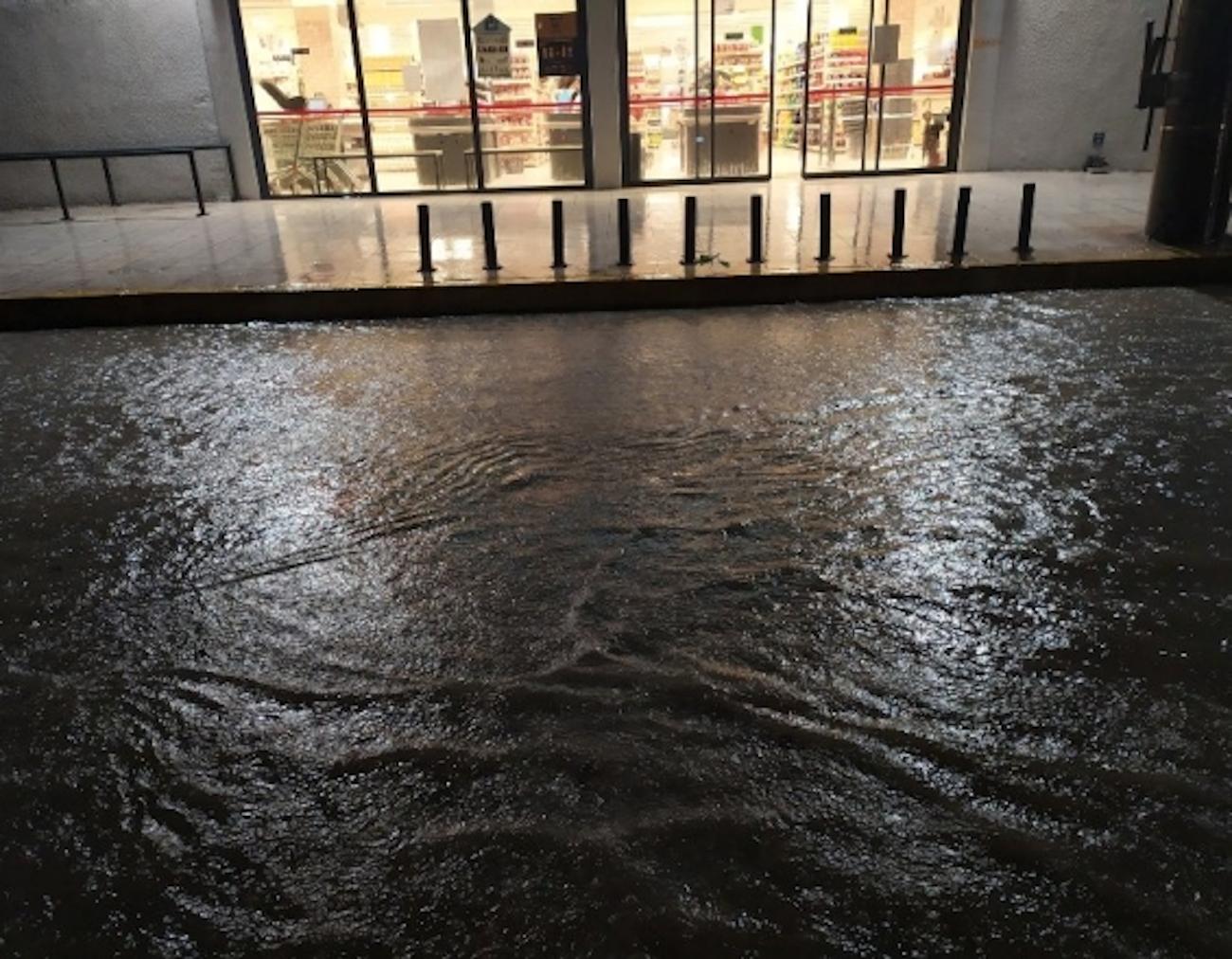 Πλημμύρες έξω από σούπερ μάρκετ