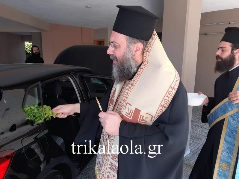 Ο Μητροπολίτης Τρίκκης και Σταγών κ. Χρυσόστομος ευλογεί το αυτοκίνητο
