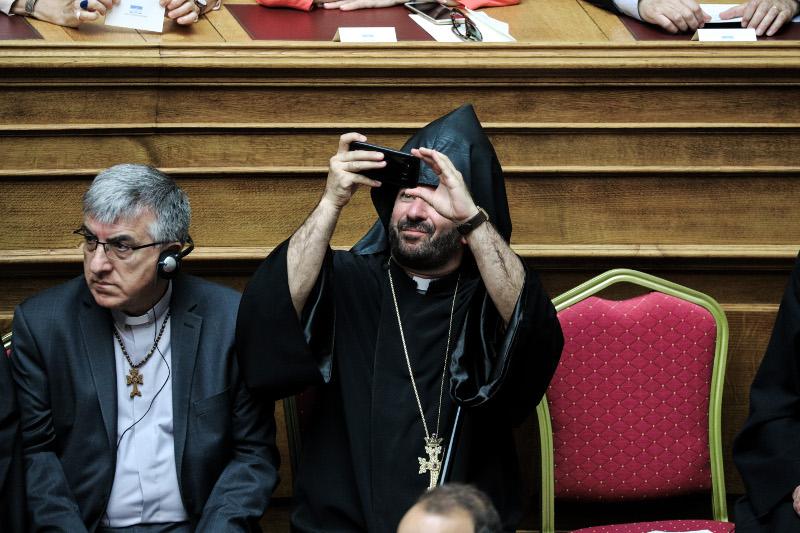 Ιερέας βγάζει σέλφι μέσα στην Ολομέλεια