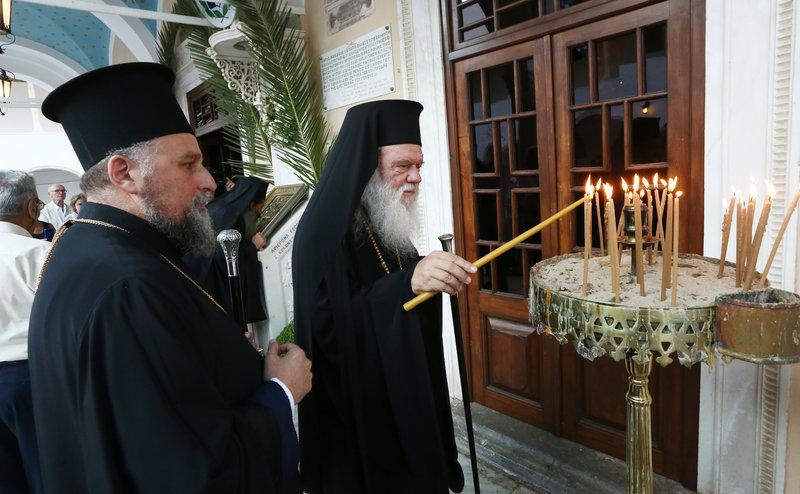Ο Αρχιεπίσκοπος Ιερώνυμος ανάβει κερί στον Ιερό Μητροπολιτικό Ναό Κοιμήσεως της Θεοτόκου Ύδρας