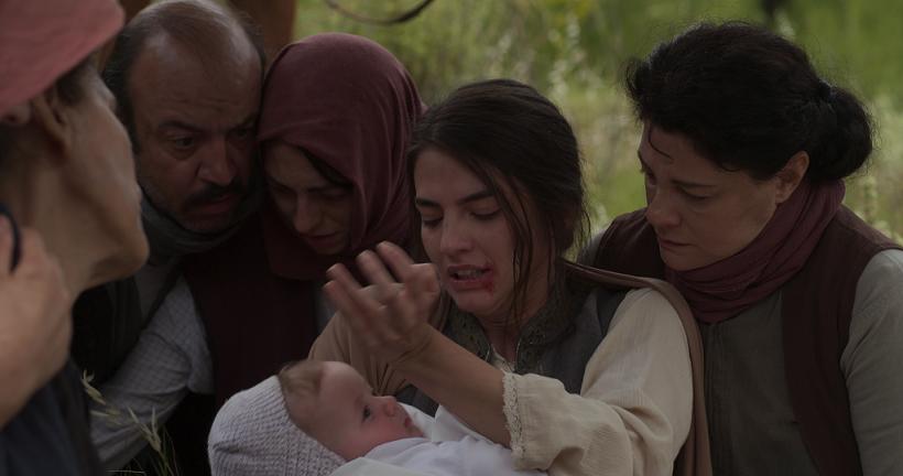 Η Ιφιγένεια δαγκώνει το χέρι της και δίνει στο μωρό της να πιει αίμα στο «Κόκκινο Ποτάμι»