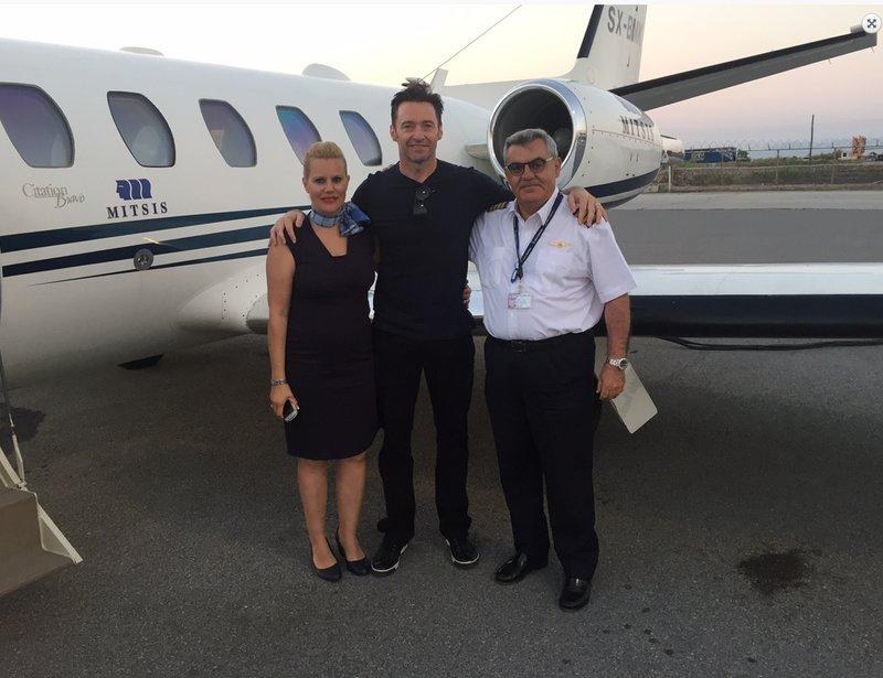 Ο ηθοποιός Χιου Τζάκμαν με το πλήρωμα του αεροσκάφους