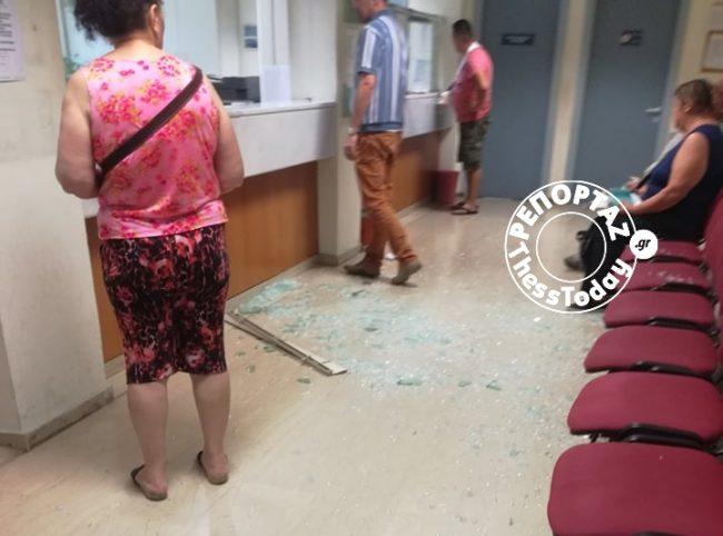 Εξαγριωμένος πολίτης έσπασε τζαμαρία στο ΙΚΑ Τούμπας