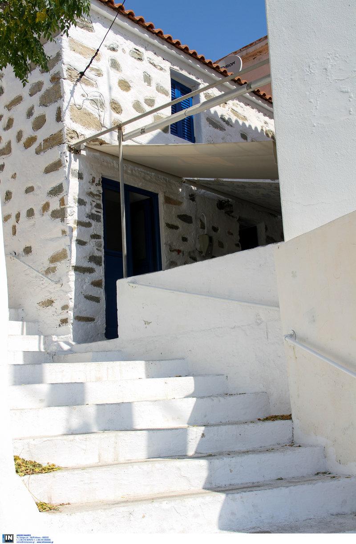 Ασβεστωμένες σκάλες σε σοκάκι χωριού στην Ικαρία