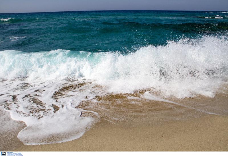 Κύματα σε παραλία της Ικαρίας