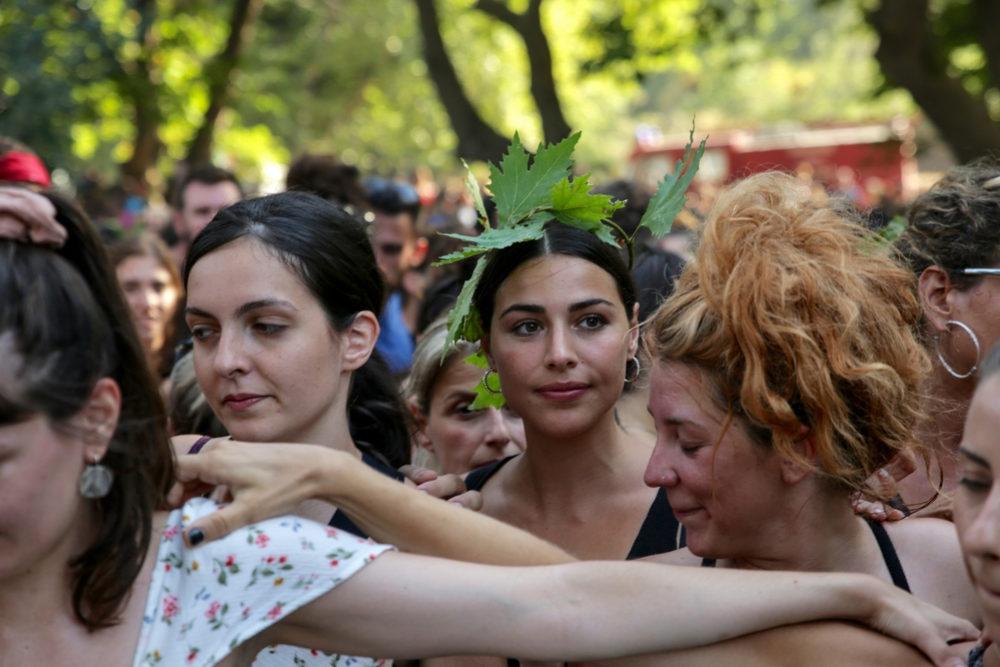 Νέοι άνθρωποι από όλη την Ελλάδα φροντίζουν να βρίσκονται στην Ικαρία ή αλλού για να βιώσουν την εμπειρία ενός πανηγυριού / Φωτογραφία: Sooc