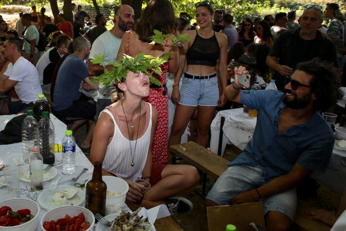 Στεφάνια από φύλλα πλατάνου, άφθονοι μεζέδες και κρασί για τους επισκέπτες στο πανηγύρι της Λαγκάδας στην Ικαρία / Φωτογραφία: Sooc