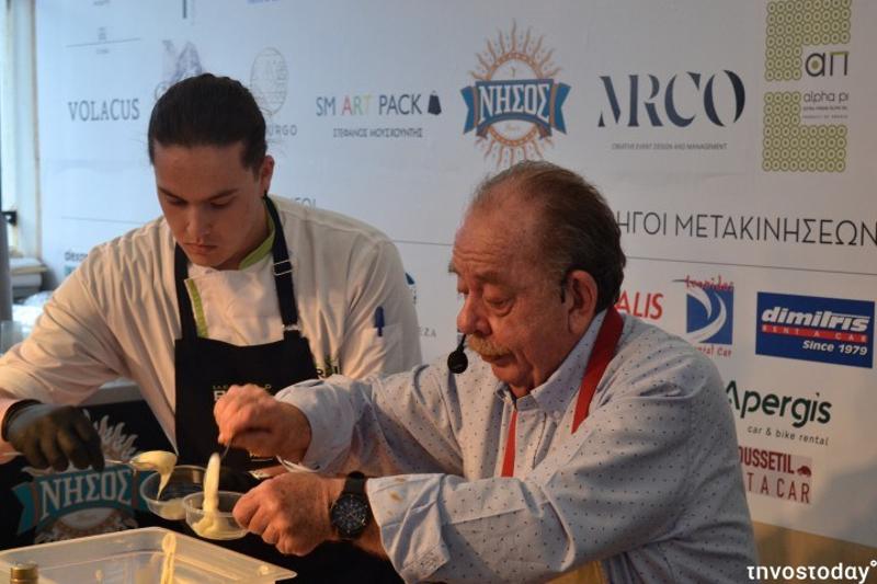 Ο Ηλίας Μαμαλάκης σερβίρει πουρέ μαζί με σπουδαστή μαγειρικής