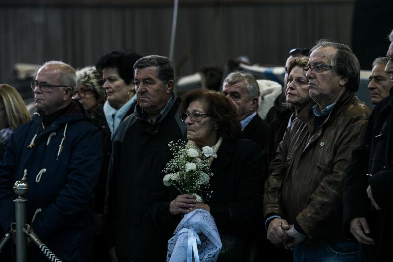Συγγενείς θυμάτων με λουλούδια