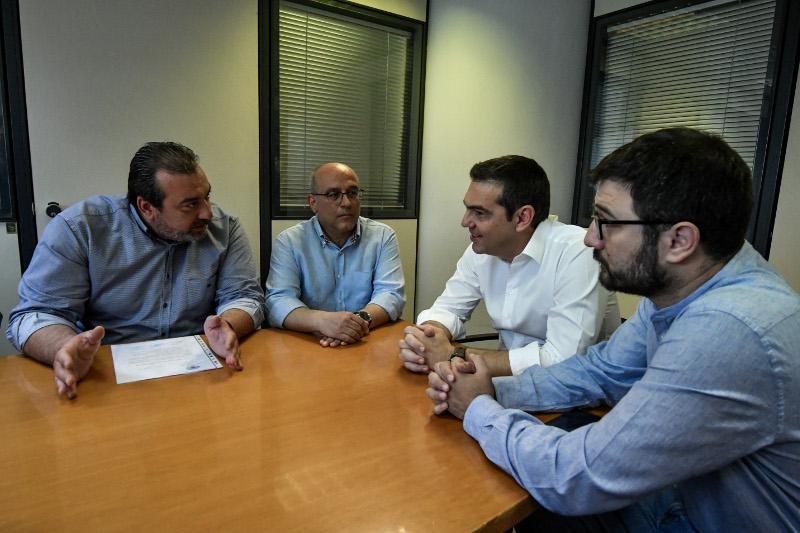 Αλέξης Τσίπρας και Νάσος Ηλιόπουλος κατά την επίσκεψή τους στη Δημοτική Αστυνομία