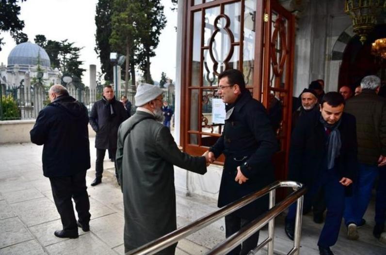 Ο Εκρέμ Ιμάμογλου σε μια επίσκεψή του σε τέμενος της Κωνσταντινούπολης για προσευχή.
