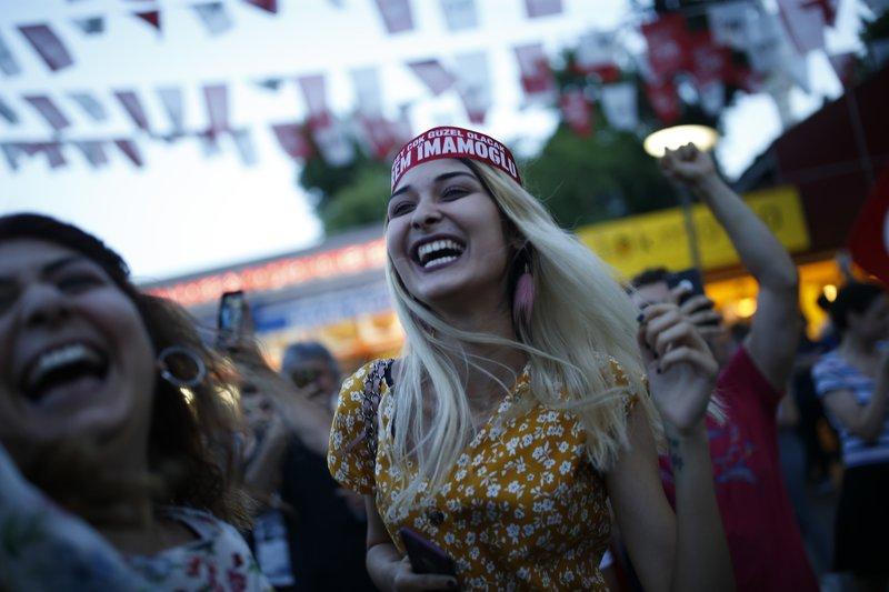 Οπαδοί του Ιμάμογλου πανηγυρίζουν την νίκη στην Κωνσταντινούπολη