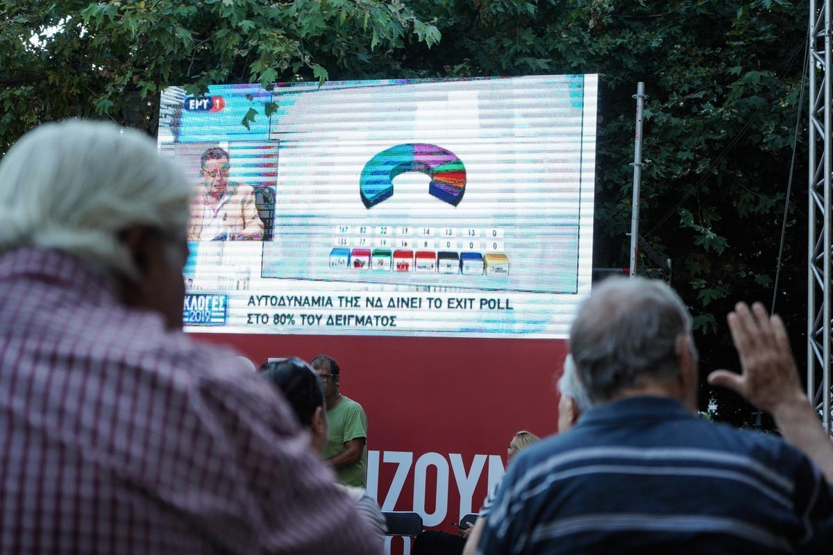 Υποστηρικτές στο εκλογικό περίπτερο του ΣΥΡΙΖΑ παρακολουθούν τα exit poll στις εκλογές της 7ης Ιουλίου