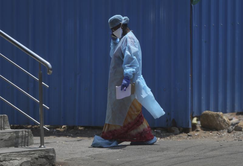 Γιατρός με στολή και μάσκα στην Ινδία