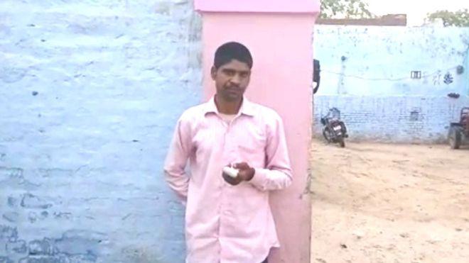 Ινδός με ροζ πουκάμισο και δεμένο δάχτυλο