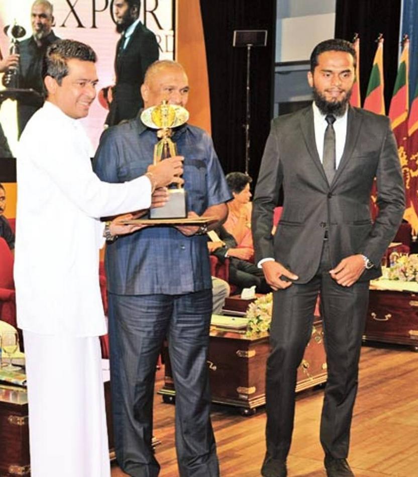 Ο Ινσάφ Ιμπραήμ (δεξιά) παραλαμβάνει βραβείο για την επιχειρηματική του δράση στη Σρι Λάνκα.