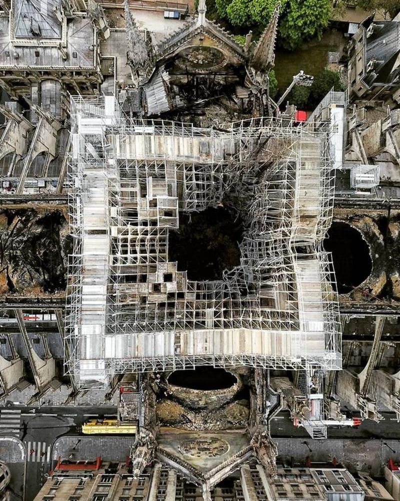 Κοντινή φωτογραφία από την Παναγία των Παρισίων από ψηλά.