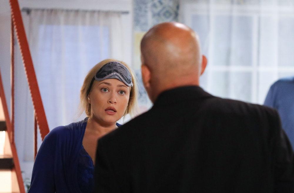 Σκηνή από την σειρά η «Φαμίλια» με την Ιωάννα Ασημακοπούλου