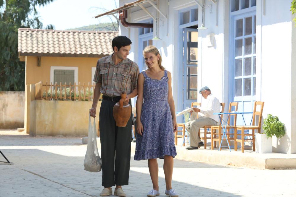 Ο Ιωάννης Αθανασόπουλος και η Δανάη Μιχαλάκη στο σκηνικό της σειράς «Άγριες Μέλισσες»