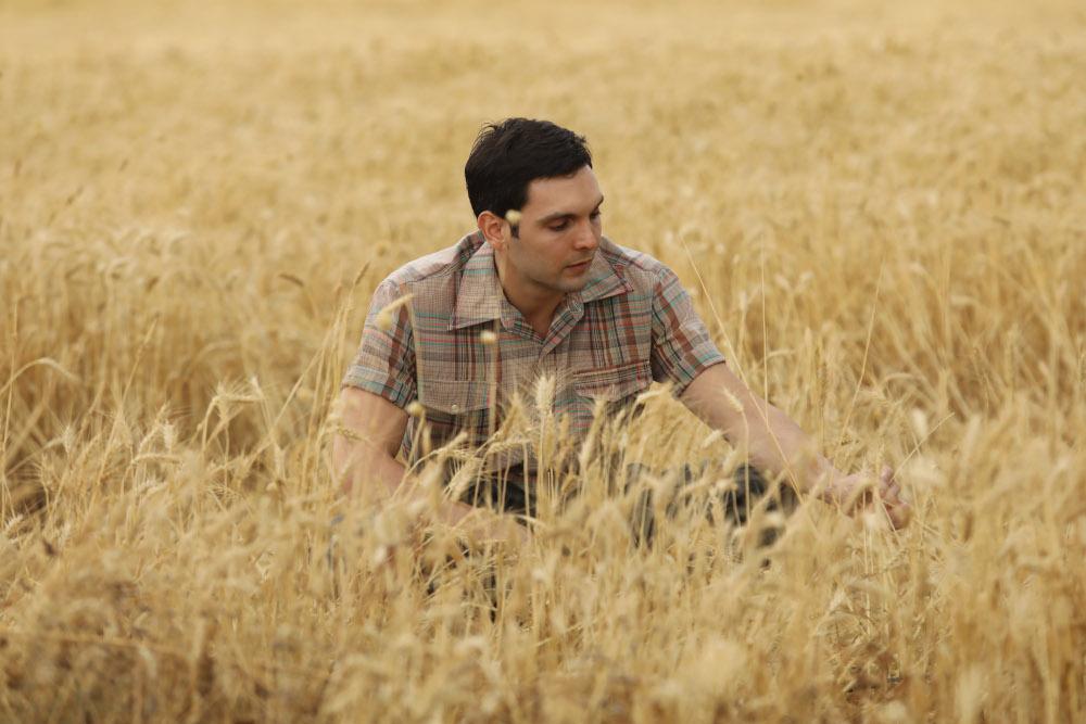 Ο Ιωάννης Αθανασόπουλος μέσα  στα σιτάρι, στη σειρά «'Άγριες Μέλισσες»