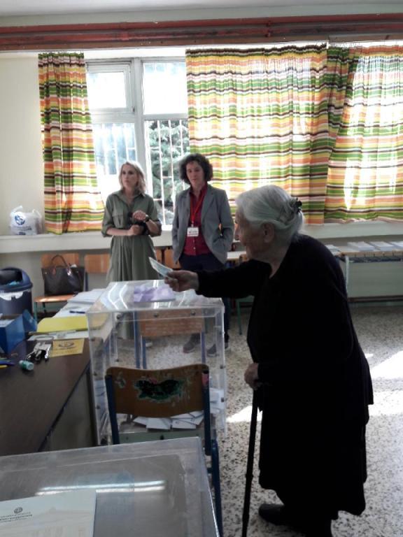 Η Ιουλία Κατσαδήμα, 103 ετών, ψηφίζει σε εκλογικό κέντρο των Ιωαννίνων