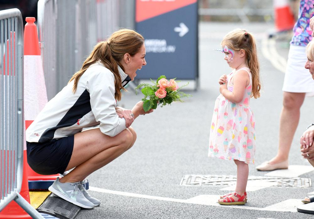 Η μικρή θαυμάστρια της Κέιτ Μίντλετον της έκανε δώρο ένα μπουκέτο τριαντάφυλλα