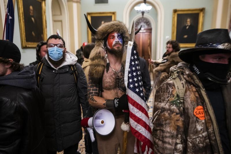 Ο άνδρας με το γούνινο καπέλο τον οποίο ο Τραμπ αποκάλεσε «φτηνό και φτωχό»