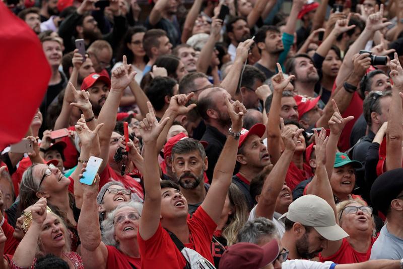 Πλήθος κόσμου περίμενε την αποφυλάκιση του πρώην προέδρου της Βραζιλίας