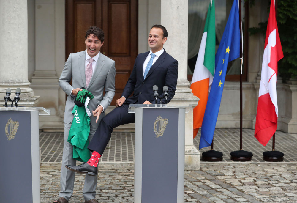 Ο πρωθυπουργός της Ιρλανδίας Λέο Βαρντκάρ, στο Δουβλίνο παρουσιάζει τις ξεχωριστές κάλτσες που φόρεσε μόνο για τον Τζάστιν Τριντό