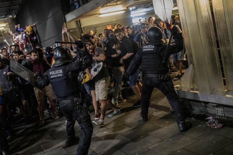 Αστυνομικές δυνάμεις συγκρούστηκαν με τους διαδηλωτές
