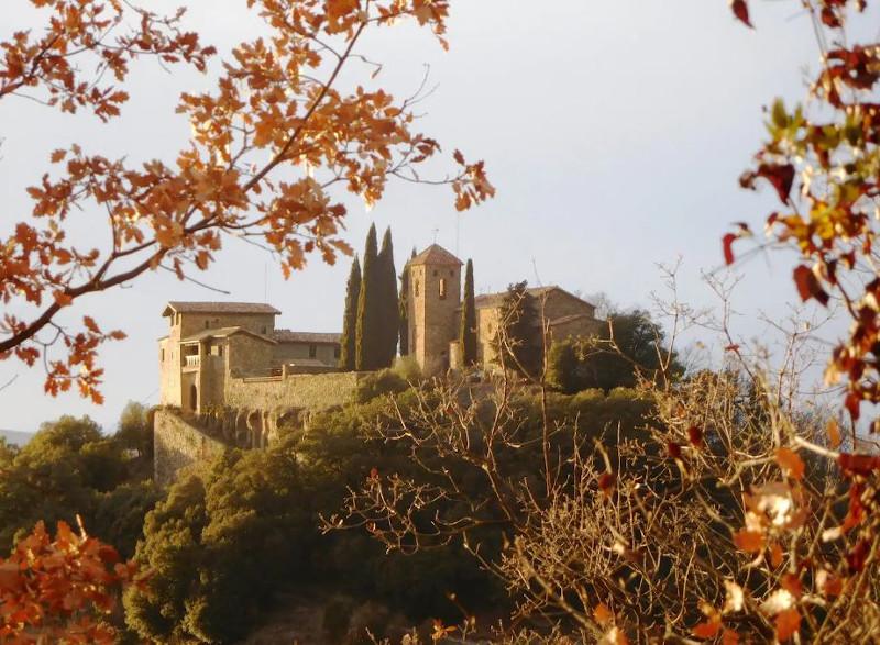 Το κάστρο είναι χτισμένο ανάμεσα σε ποτάμι, κοιλάδες και βουνά