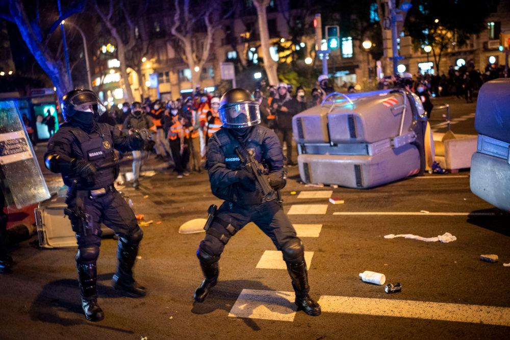 Εμπόλεμη ζώνη θύμισε η Μαδρίτη μετά τις αντιδράσεις διαδηλωτών στη σύλληψη του ράπερ