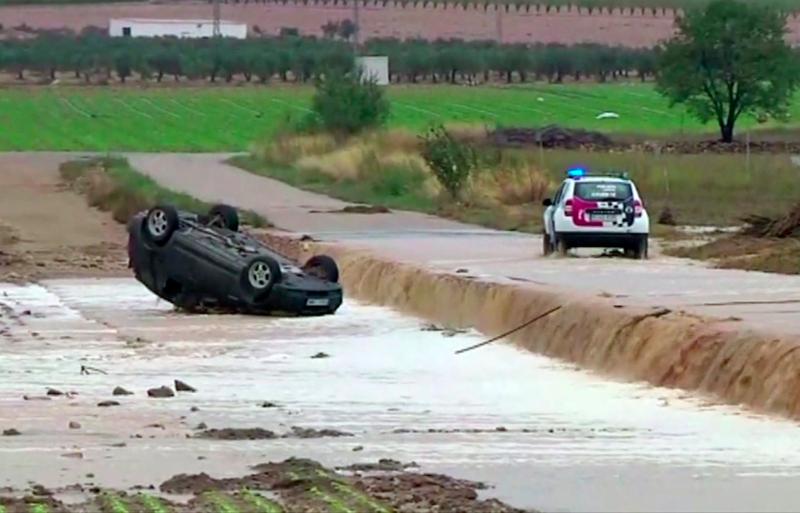 Ισπανία πλημμύρες, τουμπαρισμένο αυτοκίνητο