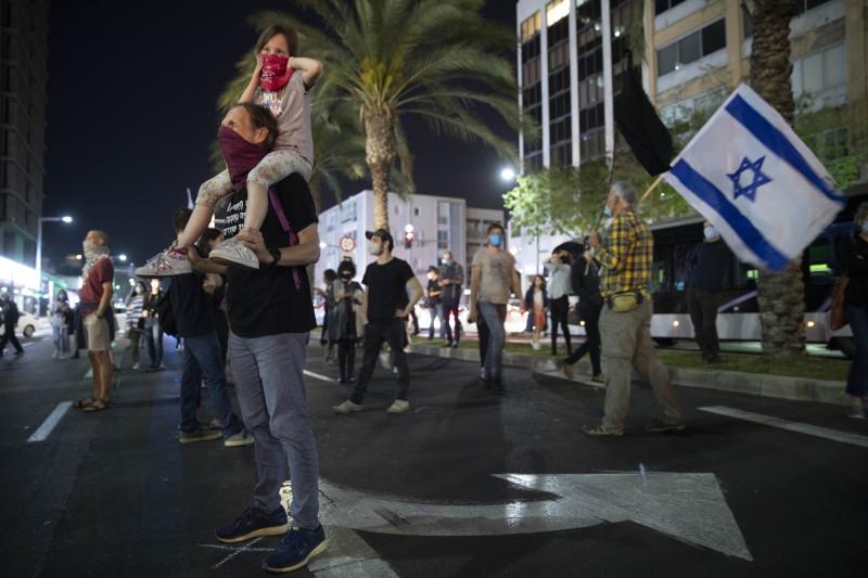 Aκόμα και γονείς με παιδιά συμμετείχαν στη διαδήλωση / Φωτογραφία: ΑΡ