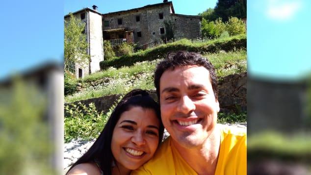 Ο Βραζιλιάνος Ντάγκλας Ροκ μπροστά στην τριώροφη κατοικία του στην Ιταλία