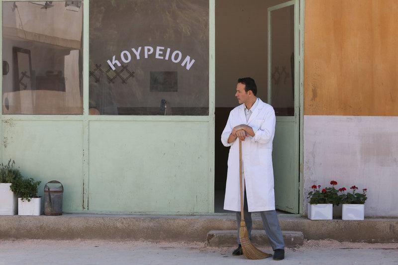 Ο ηθοποιός Γιώργος Ηλιόπουλος στον ρόλο του κουρέα του χωριού όπου θα ξετυλιχτεί το στόρι της σειράς «Άγριες Μέλισσες»