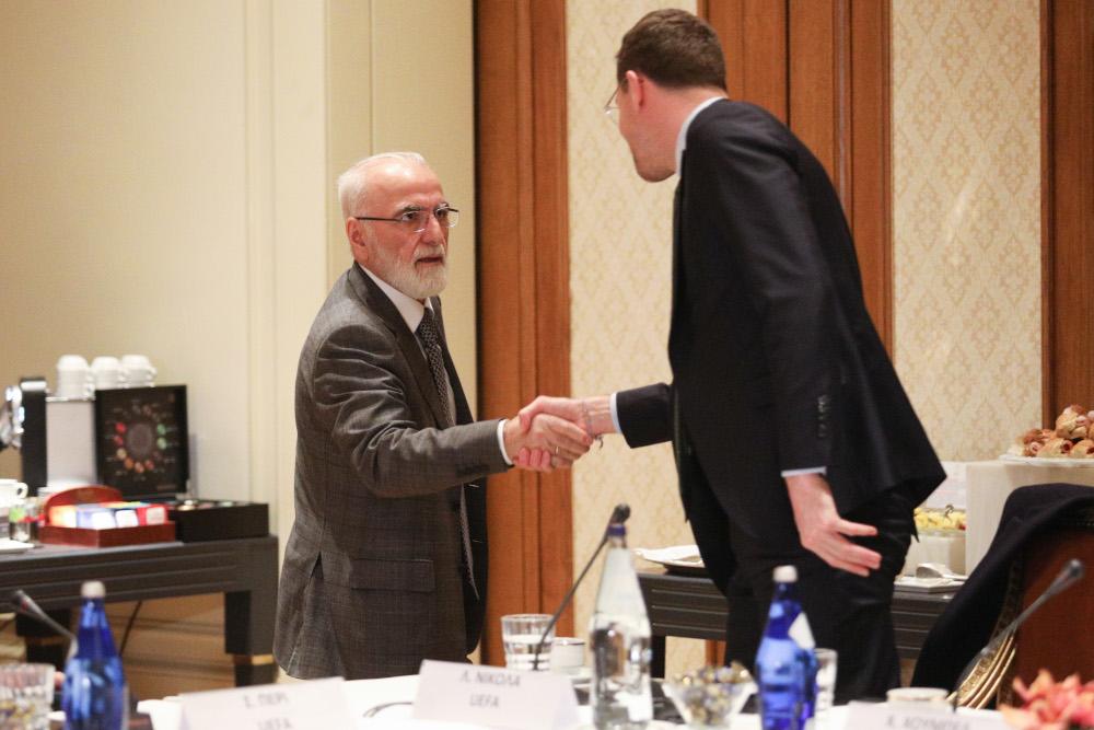 Ο Ιβάν Σαββίδης χαιρετά τον εκπρόσωπο της UEFA