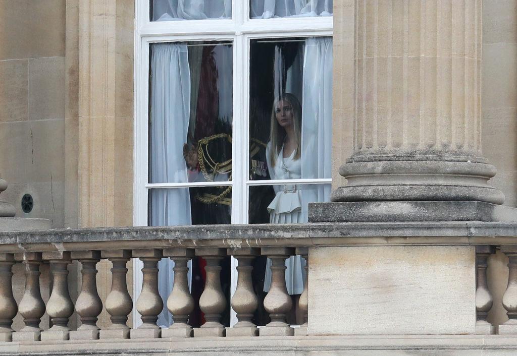 Στο μπαλκόνι του Μπάκιγχαμ, μακριά από τη συνάντηση του Ντόναλντ Τραμπ με τη Βασίλισσα Ελισάβετ, η κόρη του Ιβάνκα και ο σύζυγός της