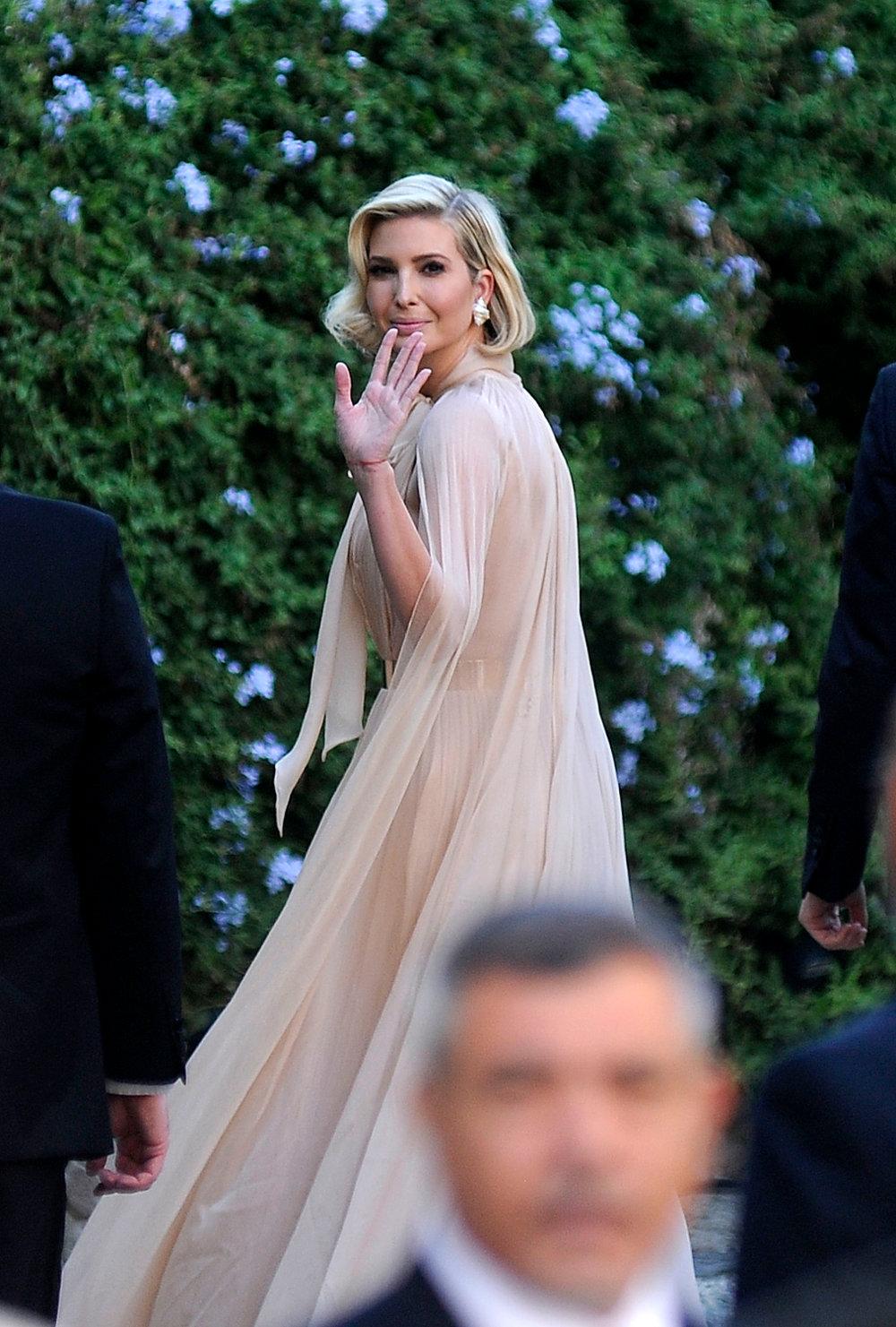 Με αέρινο φόρεμα σε γήινες αποχρώσεις η κόρη του Αμερικανού προέδρου Ιβάνκα Τραμπ στον γάμο της Μίσα Νούνου στη Ρώμη