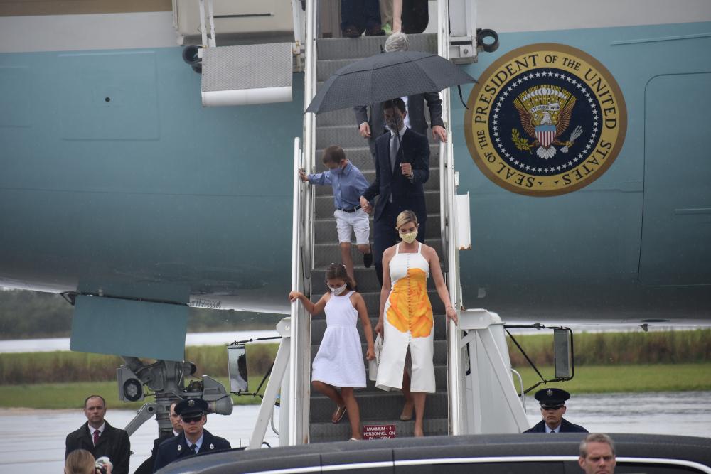 Η Ιβάνκα Τραμπ με λευκό μίντι φόρεμα με ένα μεγάλο κίτρινο τριαντάφυλλο στο κέντρο