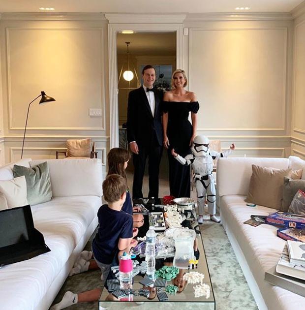 Η φωτογραφία της Ιβάνκα Τραμπ με τον σύζυγό της Τζάρεντ Κούσνερ, τον γιο τους Θιοντόρ ντυμένο ως γαλαξιακό στρατιώτη και τα άλλα δύο παιδιά τους να παίζουν με Lego