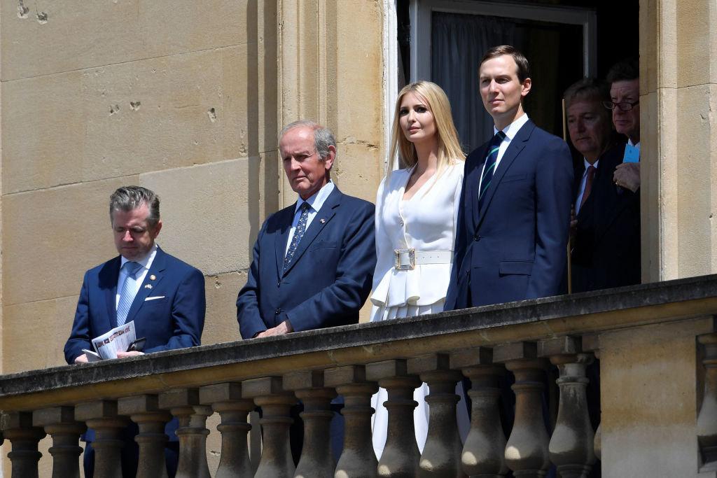 Η Ιβάνκα Τραμπ και ο Τζάρεντ Κούσνερ στέκονται εκεί που συνήθως βλέπουμε γαλαζοαίματους. Παρακολουθούν από ψηλά την συνάντηση Τραμπ με την βασίλισσα Ελισάβετ