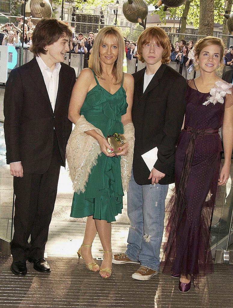 Η συγγραφέας Τζέι Κέι Ρόουλινγκ με τους πρωταγωνιστές των ταινιών Χάρι Πότερ