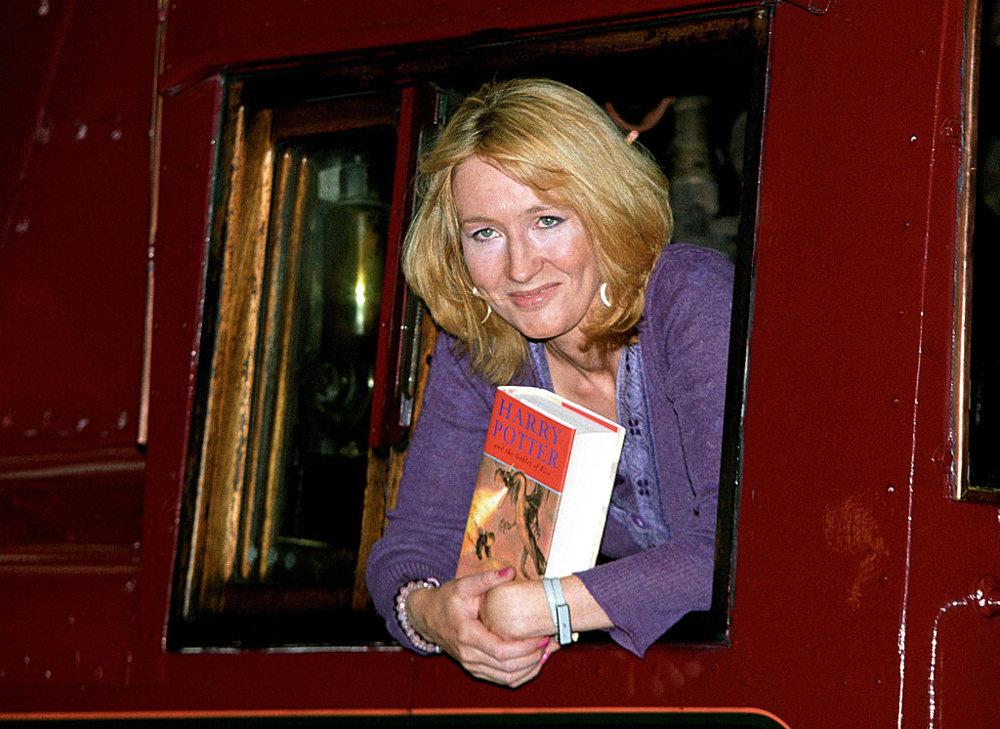 Η Τζέι Κέι Ρόουλινγκ στο βαγόνι ενός τρένου, προμοτάρει ένα από τα βιβλία Χάρι Πότερ. Σε ένα τρένο άλλωστε εμπνεύστηκε για πρώτη φορά τον κόσμο του Χόγκουαρντς το 1990