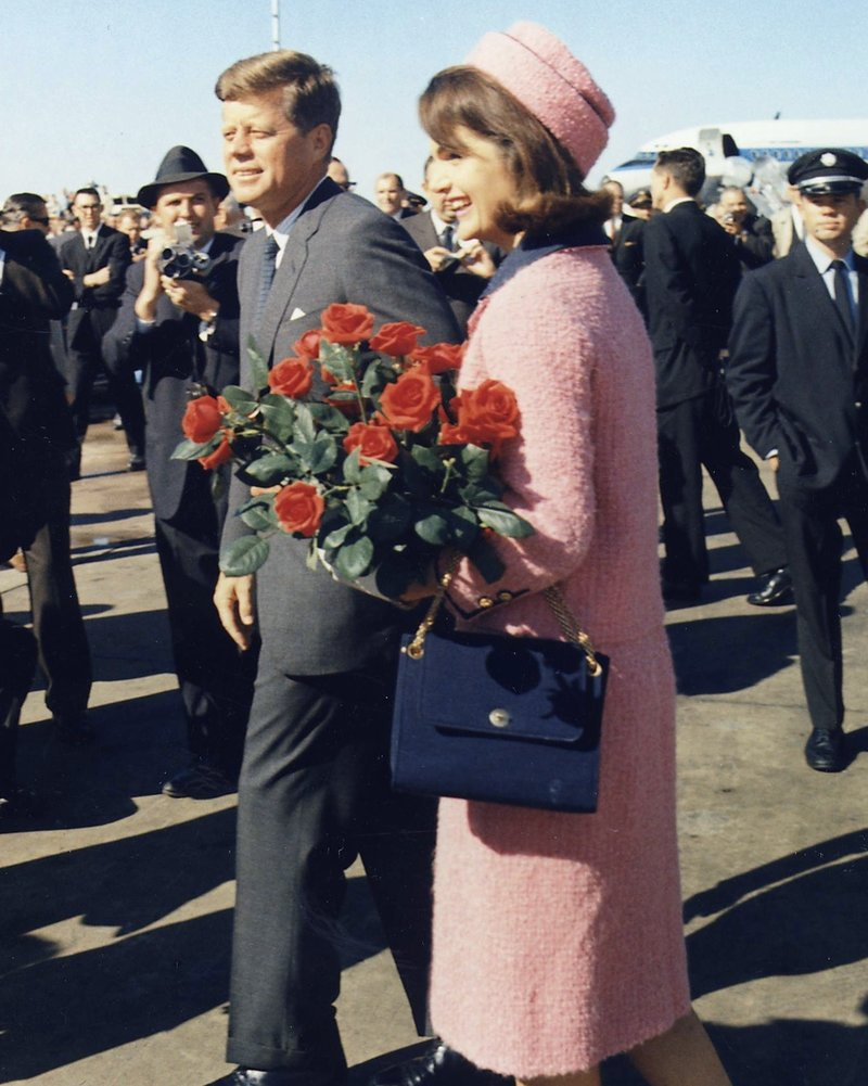 Η Τζάκι Κένεντι με το ροζ ταγέρ την ημέρα δολοφονίας του συζύγου της, του Αμερικανού Προέδρου Τζον Κένεντι