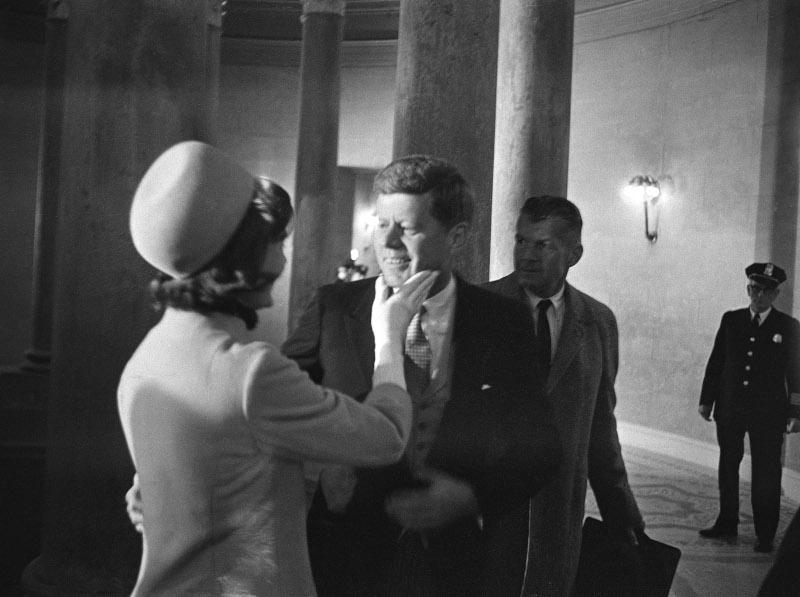 Η Τζάκι Κένεντι χαϊδεύει τον σύζυγό της, Τζον,  λίγο μετά την ορκωμοσία του