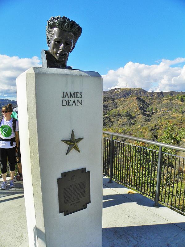 Η προτομή του Τζέιμς Ντιν δεσπόζει σε κεντρικό σημείο στο αίθριο του Παρατηρητηρίου Γκρίφιθ