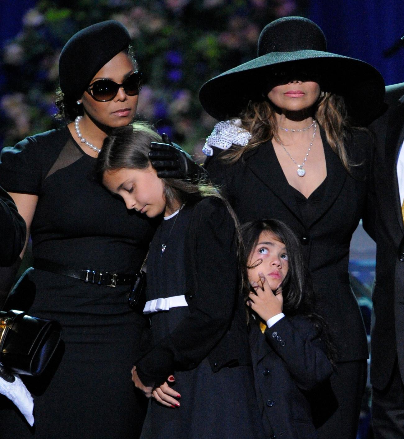 Η Τζάνετ Τζάκσον (δεξιά) και η Λατόγια Τζάκσον στην κηδεία του αδερφού τους Μάικλ το καλοκαίρι του 2009
