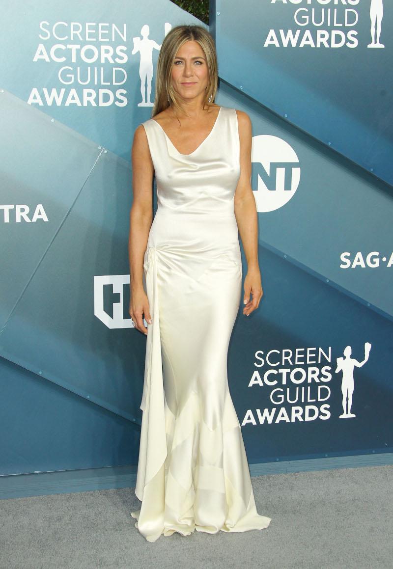 Η Τζένιφερ Άνιστον με λευκό σατέν φόρεμα στα SAG AWARDS/Φωτογραφία: Splash News